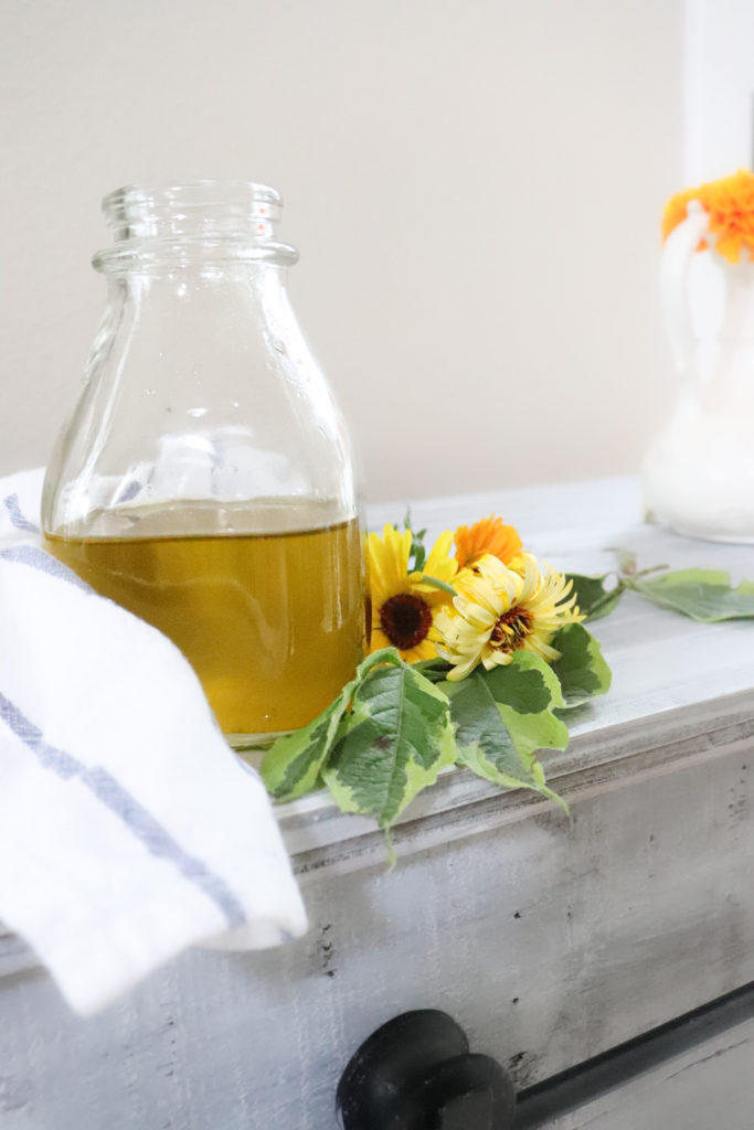 Learn how to make calendula oil that is good for the skin and healthy for your body. Calendula is easy to grow and some secret health benefits.   #calendula #flower #grow #oil #calendulaoil #natural #body #product #skin #benefits #howtomakecalendulaoil #howtomakelotion #lotion #homemade #diy #natural #flower #eczema #skinrash #healing